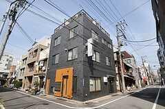 シェアハウスの外観。1階には店舗が入る予定とのこと。(2012-04-10,共用部,OUTLOOK,1F)