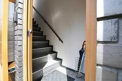 玄関扉を開けると、すぐ階段があります。靴は2階で脱ぎます。(2012-04-10,周辺環境,ENTRANCE,1F)
