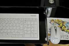 共用PCのキーボードは薄型のパンダグラフ式。マウスパッドはJOJO。(2012-04-10,共用部,PC,2F)