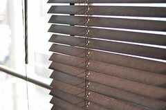 リビングの窓にはウッドブラインドが取り付けられています。(2012-04-10,周辺環境,ENTRANCE,2F)