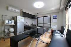 リビングの様子3。奧にキッチンがあります。(2012-04-10,共用部,LIVINGROOM,2F)