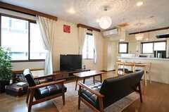 シェアハウスのリビングの様子。カフェをイメージして空間を作られたそう。(2011-02-03,共用部,LIVINGROOM,2F)