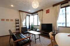 シェアハウスのリビングの様子3。ソファはカリモクです。(2011-02-03,共用部,LIVINGROOM,2F)