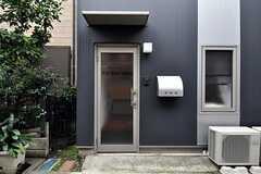シェアハウスの正面玄関。(2010-10-14,周辺環境,ENTRANCE,1F)