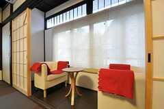 ソファが向かい合っていて、旅館の和室よう。(2011-11-03,共用部,LIVINGROOM,2F)