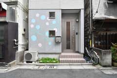 玄関の様子。玄関脇の壁はペイントされています。(2017-10-11,周辺環境,ENTRANCE,1F)