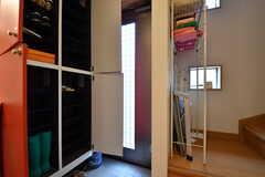 内部から見た玄関の様子。靴箱は専有部ごとにスペースが用意されています。(2017-10-11,周辺環境,ENTRANCE,1F)