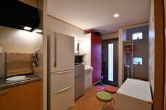 キッチンの脇に冷蔵庫が2台設置されています。(2017-10-11,共用部,KITCHEN,1F)