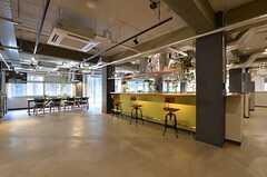 ラウンジの様子。キッチン・ダイニングも併設されています。(2015-03-02,共用部,LIVINGROOM,1F)