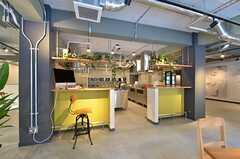 キッチンの周囲はカウンター席になっています。(2015-03-02,共用部,KITCHEN,1F)