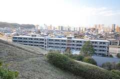 裏の坂の上から見た建物の様子。(2015-03-02,共用部,OUTLOOK,1F)