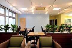 ラウンジの様子4。奧のドアはシアタールームです。(2012-04-18,共用部,LIVINGROOM,)