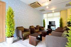 共用TVの前には、ソファとコーヒーテーブルが並んでいます。(2012-04-18,共用部,LIVINGROOM,)