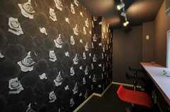 喫煙ルームの様子2。黒い薔薇柄の空間は、アダルトな香りです。(2012-04-18,共用部,KITCHEN,)