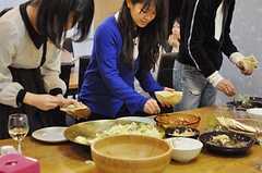 それぞれの料理をプレートやピタパンに挟んで行きます。(2012-04-22,共用部,PARTY,)