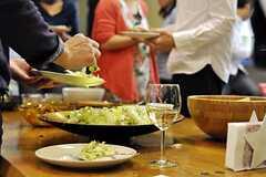 テーブルまわりは大盛況です。(2012-04-22,共用部,PARTY,)