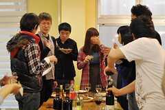 住人さん以外にも、日本イスラエル親善協会の方や大学生の方など、さまざまな人が集まりました。(2012-04-22,共用部,PARTY,)