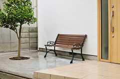 玄関の前には2人掛けのチェアが置いてあります。(2012-04-03,共用部,OTHER,1F)