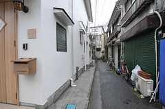 正面玄関脇のスペースは駐輪場として使われるとのこと。(2012-04-03,共用部,GARAGE,1F)