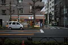 副都心線・雑司ヶ谷駅の対面にあるコンビニエンスストアの様子。(2012-04-03,共用部,ENVIRONMENT,1F)