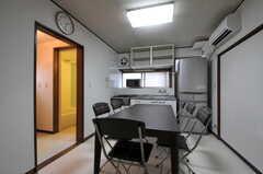 シェアハウスのリビングの様子。左手には脱衣室とバスルームがあります。(2011-09-16,共用部,LIVINGROOM,1F)