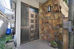 シェアハウスの正面玄関。(2013-07-23,周辺環境,ENTRANCE,1F)