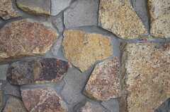 立派な石造りの壁です。(2013-07-23,共用部,OTHER,1F)
