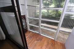 窓の外はサンルームとなっています。(101号室)(2013-07-23,専有部,ROOM,1F)