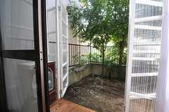 サンルームの扉を開くと、共用の庭に出ることができます。(101号室)(2013-07-23,専有部,ROOM,1F)