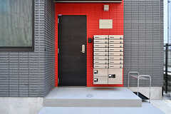玄関ドアの様子。ドアのすぐとなりにポストと宅配ボックスが設置されています。(2017-03-29,周辺環境,ENTRANCE,1F)
