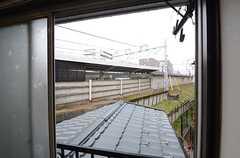 窓の外には最寄り駅のホームが見えます。(206号室)(2016-03-24,専有部,ROOM,2F)