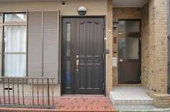 シェアハウスの正面玄関の様子。右手のドアはオーナーさん宅です。(2012-02-15,周辺環境,ENTRANCE,1F)