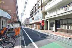 シェアハウス近くの道の様子。住宅と商店が入り混じったエリアです。(2015-03-05,共用部,ENVIRONMENT,1F)