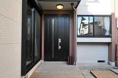 シェアハウスの正面玄関。(2013-10-28,周辺環境,ENTRANCE,1F)