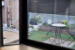 出窓から庭が見えます。(102号室)(2013-10-28,専有部,ROOM,1F)