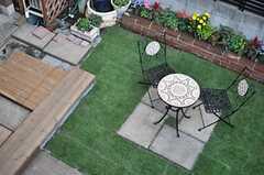 ベランダから庭を見下ろすとこんな感じ。(202号室)(2013-10-28,専有部,ROOM,2F)
