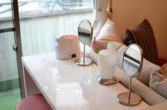 化粧台には美顔スチーマーなども。(2014-04-03,共用部,LIVINGROOM,3F)