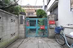 シェアハウスの門扉の様子。門扉入って左奧にシェアハウスがあります。(2012-02-15,共用部,OUTLOOK,1F)
