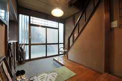 内部から見た玄関周りの様子。広めの土間があります。(2012-02-15,周辺環境,ENTRANCE,1F)
