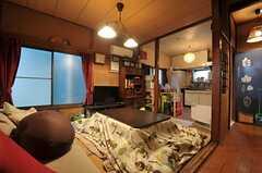 リビングの様子。奧にキッチンがあります。(2012-02-15,共用部,LIVINGROOM,1F)