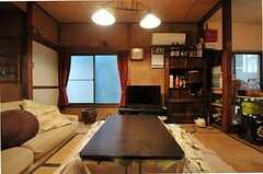 リビングの様子2。コタツは夏になると片付けられるそうです。(2012-02-15,共用部,LIVINGROOM,1F)