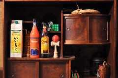 作りが面白い棚。けん玉とカルーアが並んでいます。(2012-02-15,共用部,LIVINGROOM,1F)