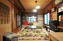 キッチンからリビングを眺めた様子。(2012-02-15,共用部,LIVINGROOM,1F)