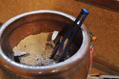 火鉢は現役だそうです。(2012-02-15,共用部,LIVINGROOM,1F)