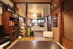 コタツに入ってキッチンを眺めるとこんな感じ。(2012-02-15,共用部,LIVINGROOM,1F)