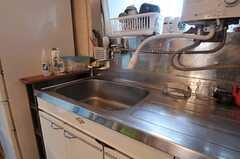 シンクの様子。給湯器から直接シャワーが伸びています。(2012-02-15,共用部,KITCHEN,1F)