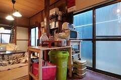 キッチンの対面には、キッチン家電や食器が並んでいます  (2012-02-15,共用部,KITCHEN,1F)