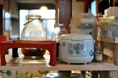 炊飯機とおぼんの様子。(2012-02-15,共用部,KITCHEN,1F)
