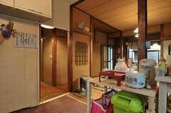 キッチンから廊下を見るとこんな感じ。左奧にはバスルームとトイレがあります。(2012-02-15,共用部,KITCHEN,1F)