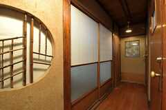 階段を上がると廊下があります。右手にトイレ、正面が202号室、左手奥から203、204号室です。(2012-02-15,共用部,OTHER,2F)